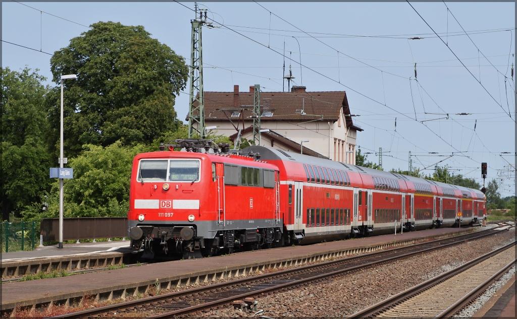 111 097 mit re 4157 von kassel nach frankfurt main bei der durchfahrt von lang g ns am. Black Bedroom Furniture Sets. Home Design Ideas