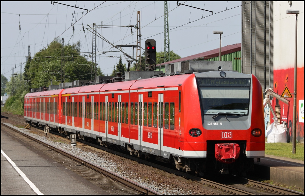 425 058 mit RE 11 nach Mönchengladbach am 04.06.11 in Kamen