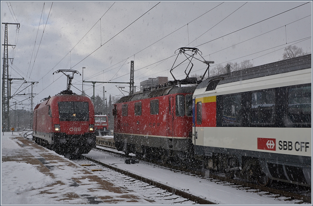 Alpenbahnloks im internationalen Gäubahn-Dienst_ !OBB 1116087 und SBB RE 4/4 II 11134 in Singen.