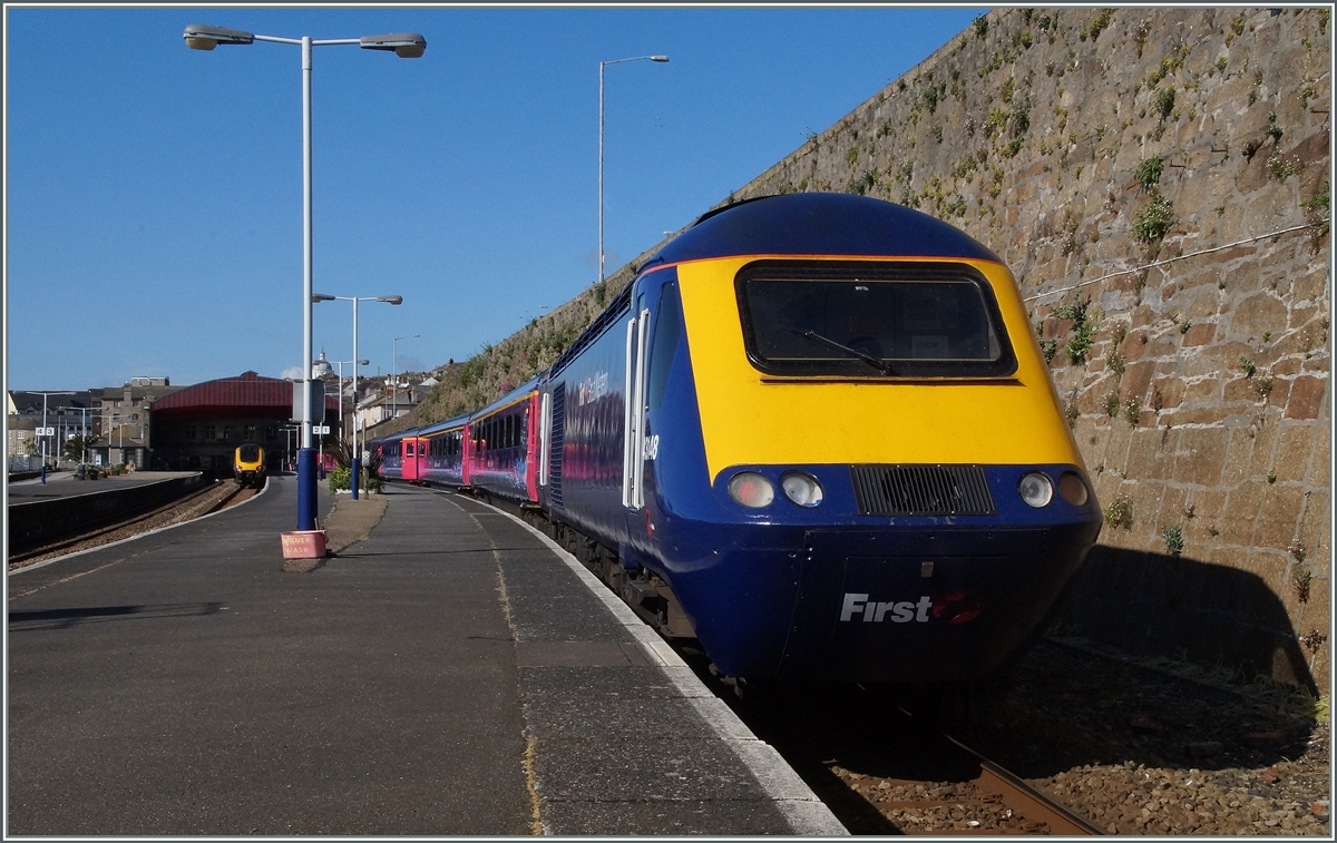 Der von Plymouth gekomment First Great Western HST übernimmt den 1000 Service nach London Paddington.