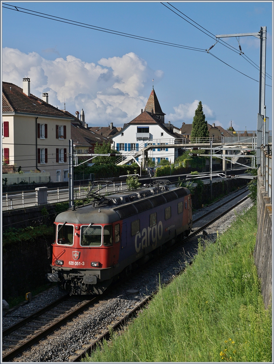 Die SBB Re 620 051-3 in Cully.