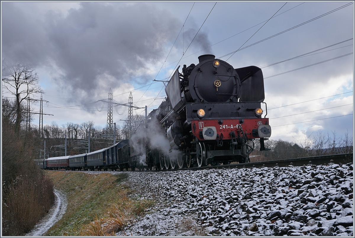 Die schöne SNCF 241-A-65 erreicht in Kürze den Bahnhof von Koblenz.(Die schöne Lok und Vorbild der Märklin-Neuheit schiebt mit Schritttempo den Zug rückwärts in den Bahnhof, ansonsten hätte ich mich an dieser Fotostelle kaum aufgehalten).9. Dez 2017