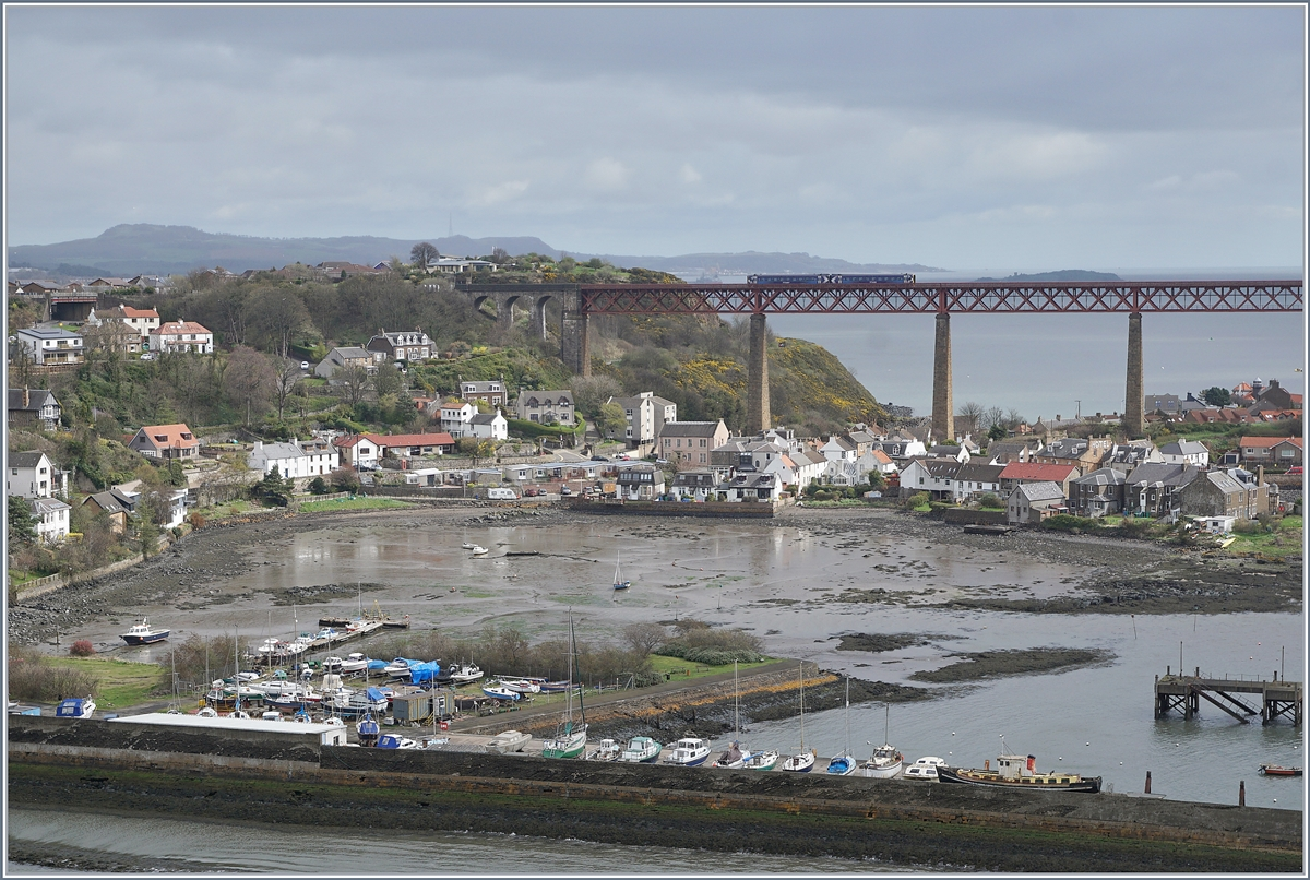 Ein ScotRail Dieseltreibzug der Class 158 auf der Forth Bridge by Nord Queensferry.