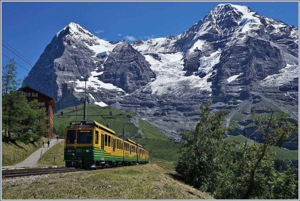 Ein WAB Regionalzug von Wengen nach der Kleinen Scheidegg verl�sst die Station Wengener Alp.8. August 2016