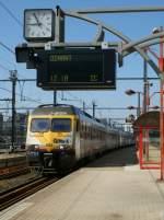Serie AM 80/71999/puenktlich-die-bahnhofsuhr-ist-kaputt-trifft Pünktlich (die Bahnhofsuhr ist kaputt) trifft der AM 80 N° 327 von Bruxelles in Namur zur Weiterfahrt nach Dinant ein. 30 März 2009