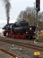 BR 52/169362/die-betzdorfer-52-8134-0-am-26112011 Die Betzdorfer 52 8134-0 am 26.11.2011 auf Nikolausfahrt, zwischen Dillenburg und Würgendorf. Hier im Bahnhof Burbach-Würgendorf war Endstation, nun muß umgekuppelt werden, denn später geht es nach Dillenburg zurück.