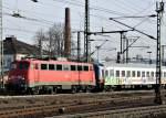 br-6110-e10/167431/110-438-mit-schutzwagen-und-3 110 438 mit Schutzwagen und 3 ICE Wagen am 14.11.11 in Fulda
