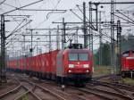 br-6145-traxx-vorserie/99528/mit-einer-roten-wand-aus-containern Mit einer Roten Wand aus Containern fuhr 145 060-0 durch Harburg am 2.10.