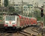 br-6146-traxx-f-p140-160-ac1-2/138294/146-227-4-schob-den-re-nach 146 227-4 schob den RE nach Singen/Htw aus dem Stuttgarter Hbf am 27.4.11.