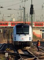 br-6183-es-64-u4-/133470/stark-bewacht-wurde-183-701-2-im Stark bewacht wurde 183 701-2 im Gleisvorfeld vom Bahnhof Hamburg-Altona am 15.4.