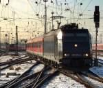 br-6185-traxx-f140-ac1-ac2/49861/185-570-9-mit-re-nach-wuerzburg 185 570-9 mit RE nach Würzburg bei der Bereitstellung im Bahnhof Frankfurt am 05.01.10