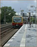s-bahn-berlin/97495/die-s2-nach-hoppegarten-trifft-in Die S2 nach Hoppegarten trifft in der S-Bahnstation Tiergarten ein. 13. Sept. 2010