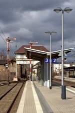 Lustiges der Bahn/61467/also-irgendwie-passt-alt-und-modern Also irgendwie passt 'Alt und Modern' doch ein wenig zueinander... Kreuztal,27.03.2010 (Im Hintergrund das sich noch im Betrieb befindliche Reiterstellwerk 'Kn')