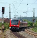 Eigene Bilder/107080/als-re-aus-wuerzburg-kommend-kam Als RE aus Würzburg kommend kam 440 821-7 mit einem weiteren 440 am 7.8 um die Ecke um in Siegelsdorf zu halten.