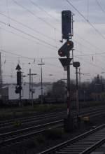bahntechnische-anlagen-signale-etc/52487/lichtisgnale-r32-und-r30-in-neuwied21112009 Lichtisgnale R32 und R30 in Neuwied 21.11.2009  (das diesige im Bild ist der Nieselregen)