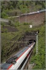Bahnbilder der etwas anderen Art/346125/waehrend-die-cross-raillok-ihren-gueterzug Während die Cross Raillok ihren Güterzug nordwärts schleppen ist der ICN im unteren Bildrand Richtung Süden unterwegs. 6. Mai 2014