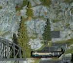 Die Bahn im Modell/109010/vor-einer-massigen-felsenkulisse-befaehrt-die Vor einer massigen Felsenkulisse befährt die 'Z' 218 438-0 mit ihrem Nahverkehrszug den kurzen Streckenteil zwischen Tunnel und Brücke.  6. Nov. 2010