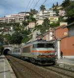 BB 22200/70004/sncf-bb-22324-mit-ec-nach SNCF BB 22324 mit EC nach Milano bei der Durchfahrt in Villefrache sur Mer am 22. April 2009.
