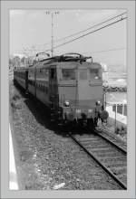 E 636/147982/oft-dem-meer-entlang-verlief-frueher Oft dem Meer entlang verlief früher die Strecke der von Genova nach Ventimiglia, hier kurz nach San Remo fährt die 636 378 im Sommer 1985 Richtung Ventimiglia. (Gescanntes Negativ)