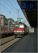 br-1044-1144/164004/dei-oebb-1144-055-mit-einem Dei ÖBB 1144 055 mit einem Tauraus vor eine sehr kurzen Güterzug bei der Durchfart in Jenbach am 16.09.2011.