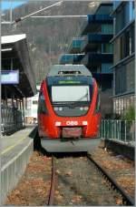 4024/104779/gleich-anschliessend-an-das-bahnhofsvorfeld-von Gleich anschliessend an das Bahnhofsvorfeld von Bregenz befindet sich der 'Bahnhof' Bregenz Hafen: ein Durchgangsgleis und ein Kopfgleis. In diesem Kopfgleis steht der 4024 029-3, der hier wendet und um 15.18 nach Bludenz fahren wird. Das Bild entstand auf dem öffentlichen (und offenen) Bahnübergang zwischen Bodensee und Stadt am 4. Februar 2007.