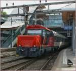 Ee 922/87276/die-ee-22-922-009-6-rangiert Die Ee 2/2 922 009-6 rangiert in Bern einen EW IV an den abgehenden Zug.  28. Juli 2010