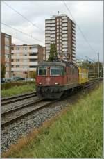 re-420-re-4-4-ii-/100320/re-44-ii-11365-mit-einem Re 4/4 II 11365 mit einem Mini-Postzug unterwegs bei Grenchen. 19. Oktober 2010