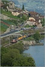 re-420-re-4-4-ii-/153088/re-44-ii-11266-und-eine Re 4/4 II 11266 und eine Schwesterlok mit einem Güterzug bei St-Saphorin am 2. August 2011.