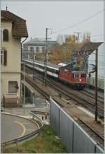 re-420-re-4-4-ii-/166414/nicht-ganz-einfach-zwischen-den-laermschutzwaenden Nicht ganz einfach zwischen den Lärmschutzwänden, Häusern und Fahrleitungsmasten die Züge in Liestal fotografieren zu können. Re 4/4 mit einem Schnellzug Richtung Olten. 6. Nov. 2011
