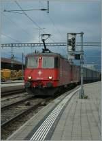 re-430-re-4-4-iii/186166/crossrail-re-44-iii-mit-einem Crossrail Re 4/4 III mit einem Gèterzug in Spiez.  29. Juni 2011
