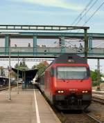 re-460-re-4-4-vi/137078/460-118-3-gottardo-rollte-mit-dem 460 118-3 'Gottardo' rollte mit dem IR 2132 nach Biel aus dem Konstanzer Bahnhof.