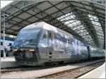 re-460-re-4-4-vi/145210/die-sbb-re-460-019-3-mit Die SBB Re 460 019-3 mit der neuen  Werbung für das 'Verkehrshaus der Schweiz' mit eine mIR nach Genf beim Halt in Lausanne am 10. Juni 2011.