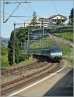 re-460-re-4-4-vi/152499/die-re-460-002-9-erreicht-den Die Re 460 002-9 erreicht den Haltepunkt Veytau-Chillon, wo sie mit ihrem IR nach Brig natürlich ohne Halt durchfährt. 4. Juli 2011