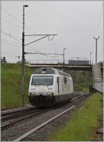 Die BLS Re 465 015 (UIC N°: 91 85 4465 015 6)  CAT'S EYE  in Vufflens la Ville.