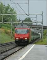 re-460-re-4-4-vi/88460/da-der-nachtschnellzug-von-italien-nach Da der Nachtschnellzug von Italien nach Paris ein paar Stündchen zu spät war, überraschte er mich in La Tour de Peilz und hätte mir beinahe das Bild mit dem ETR 610 vermasselt... 6. Aug 2010
