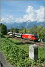 re-460-re-4-4-vi/92129/29-km-nach-lausanne-25-km '29 km nach Lausanne, 25 km nach St-Maurice' verkündet der Strassenkilometersten nahe der Strecke Brig - Lausanne. Also hat es die im Hintergrund vorbeifahrende Re 460 044-9 mit ihrem IR nicht mehr sehr weit. 4. April 2010