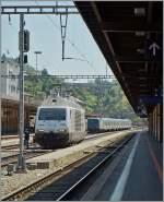 re-465-re-4-4-vi-lok-2000/346130/die-schwaze-perle-bls-re-465 Die 'Schwaze Perle' (BLS Re 465 016-4) in Chiasso. Im Hintergrund ein italienischer Regionalzug der die Strecke nach Milano bedient. 5. Mai 2014