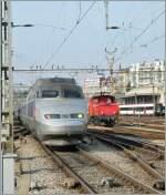 Lyria/120831/tgv-lyria-von-paris-und-die TGV Lyria von Paris und die Ee 3/3 N° 16410 in Lausanne.  13.02.2011