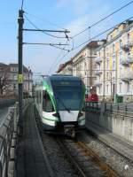LEB/125035/von-der-mtro-zur-strassenbahn-- Von der Métro zur Straßenbahn - der LEB RBe 4/8 erreicht vom Tunnel kommend das Strassenniveau. 1. März 2011
