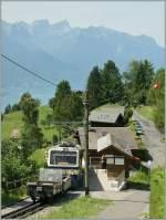 mob-goldenpass/284720/ein-rochers-de-naye-zug-auf Ein Rochers de Naye Zug auf Bergfahrt hält an der kleinen Haltestelle 'Le Haut de Caux'.  3. Aug. 2013