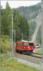 RhB/126108/in-flottem-tempo-durch-die-doppelspur In flottem Tempo durch die Doppelspur S-Kurve bei Filisur traktiert die Ge 4/4 I den Glacier Express Davos - Zermatt am 16. Sept 2009.